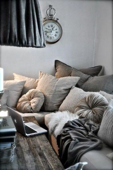 Des tonnes de coussins, des teintes de gris, une pendule qui en jette, je me sens bien là, pas vous ?(inspirationsdeco.blogspot.fr)