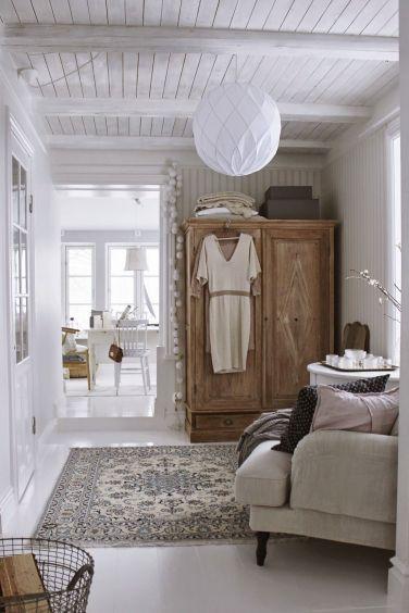 Un endroit juste pour se prélasser avec un canapé un peu large et moelleux pour le confort et de l'espace ! (cotemaison.fr)