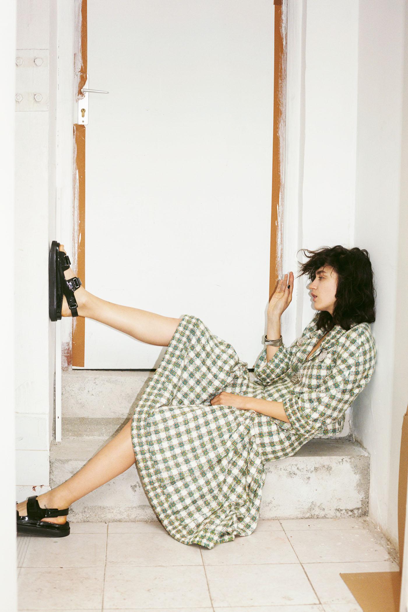 Green and beige cotton tweed jacket, multicoloured cotton tweed skirt, metal bracelet, black patent leather sandals Chanel.