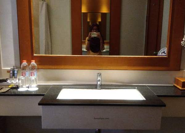 Kamar mandi hotel novotel palembang