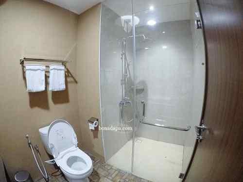 Kamar mandi hotel senyum world Batu Malang