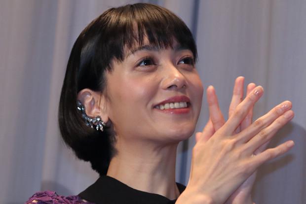 拍手をしている遠藤久美子