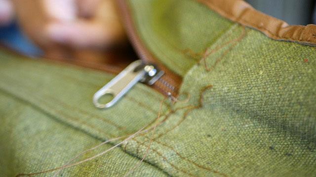 (Hickory golf)ヒッコリーゴルフ / クラブケースのサイドポケットファスナーエンドを手縫いで縫製する