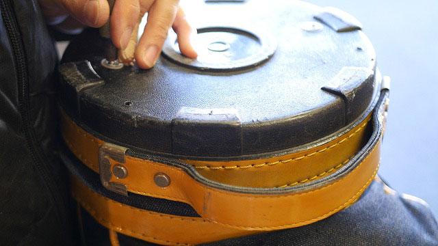 (EVISU)エヴィス / キャディバッグのセパレーターを底にカシメで固定する