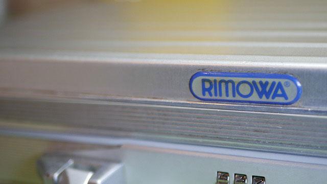 (RIMOWA)リモワ/アタッシュケースのロゴプレート付近の汚れ