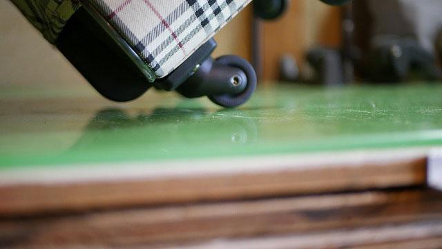 (Burberry)バーバリー/キャリーバッグの交換したキャスターが傾けた時に地面に擦れないかチェック