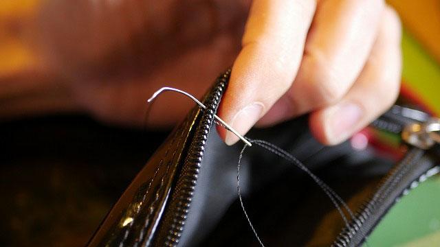 (キャディバッグ)フードカバーのファスナーコイルを一つずつ手縫いで修正
