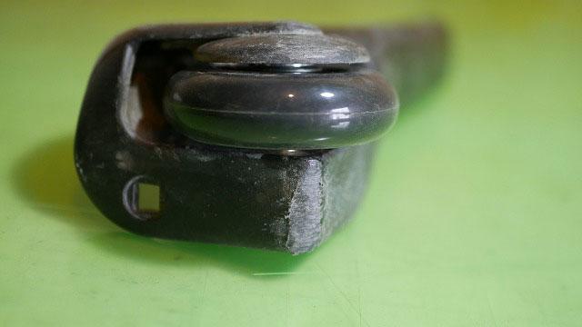 (TUMI)トゥミ/ビジネスキャリーバッグに汎用の車輪をガタツキがないようにスペーサーを入れて取り付ける