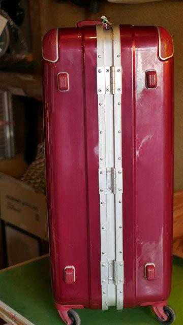 (siffler)シフレ/スーツケースの底脚部分が割れて陥没している修理事例