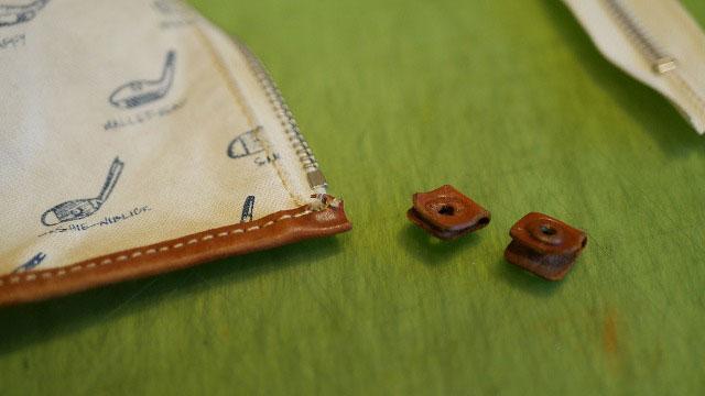 木の庄帆布/キャディバッグフードの革ファスナー留めを外す