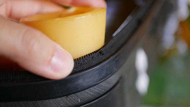 (Samsonite)サムソナイト/スーツケースのファスナーに蝋引きをして糸を補強し滑りを良くする
