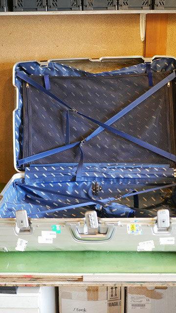 (RIMOWA)リモワ/スーツケースの内装が粉まみれ