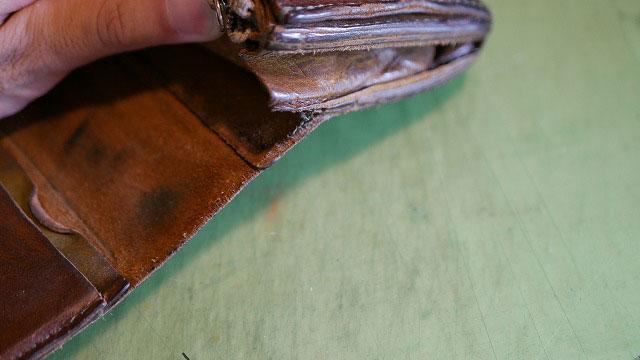 革財布の縫製が解れてカードが落ちる