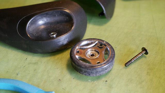 (TUMI)トゥミ/ガーメントバッグのキャスターから車輪のみ取り外す