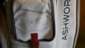 (ASHWORTH)アシュワース/キャディバッグのポケットに付いた黒い汚れシミ