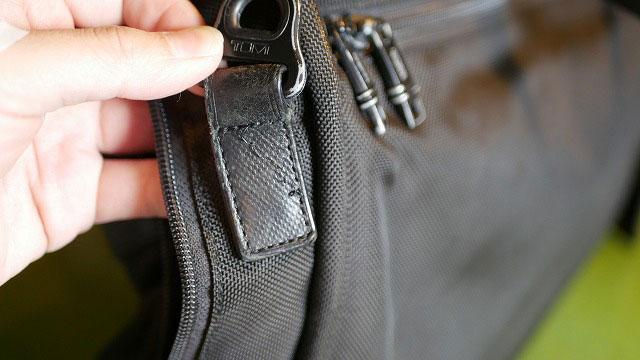 (TUMI)トゥミ/ビジネスバッグのショルダー根革の縫製解れ