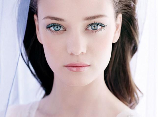 Joli-Rouge-Brilliant-Perfect-Shine-Sheer-Lipstick-model-shot