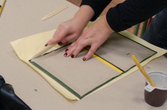 Использование гладилки (фальцбейна) при переплётных работах (фото Натальи Покровской)
