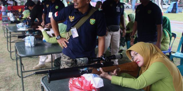 HUT Ke-72 RI, Ibu Persit Ikut Kejuaraan Menembak