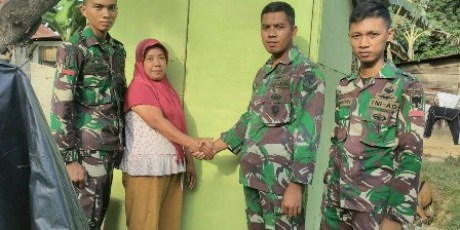 Prajurit Raider serahkan Bantuan Jamban Kepada Warga Kurang Mampu