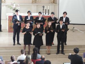 성가대가 찬양을 드리고 있습니다. 사진에는 안 담겼지만, 피아노, 바이올린, 호른이 함께 했습니다.