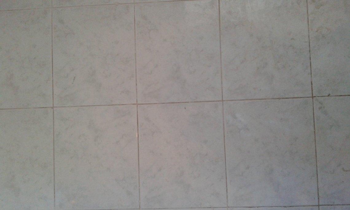 Queste sono invece le fughe del bagno, già pulite, prima di essere rifatte..