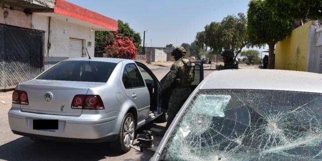 Elementos de la Marina revisan un vehículo en Santa Rosa de Lima.