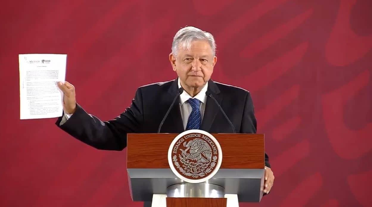 Andrés Manuel López Obrador firma compromiso para no reelegirse