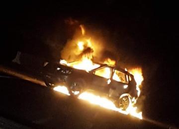 Vehículo incendiado por pobladores