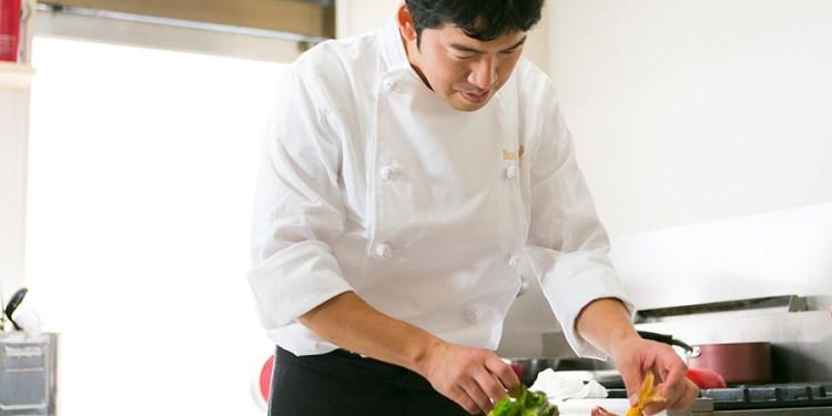 調理をしている増田シェフ