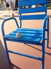 chaise bleue-globe-t-bonnet-voyageur-travelling-winter-hat