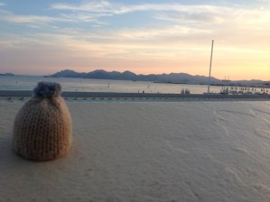 globe-t-bonnet-voyageur-travelling-winter-hat-cannes-sunset