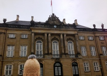 Globe-T-bonnet-voyageur-travelling-winter-hat-copenhague-amalienborg-3