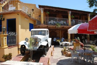 globe-t-bonnet-voyageur-travelling-winter-hat-cuba-Trinidad-restaurant1
