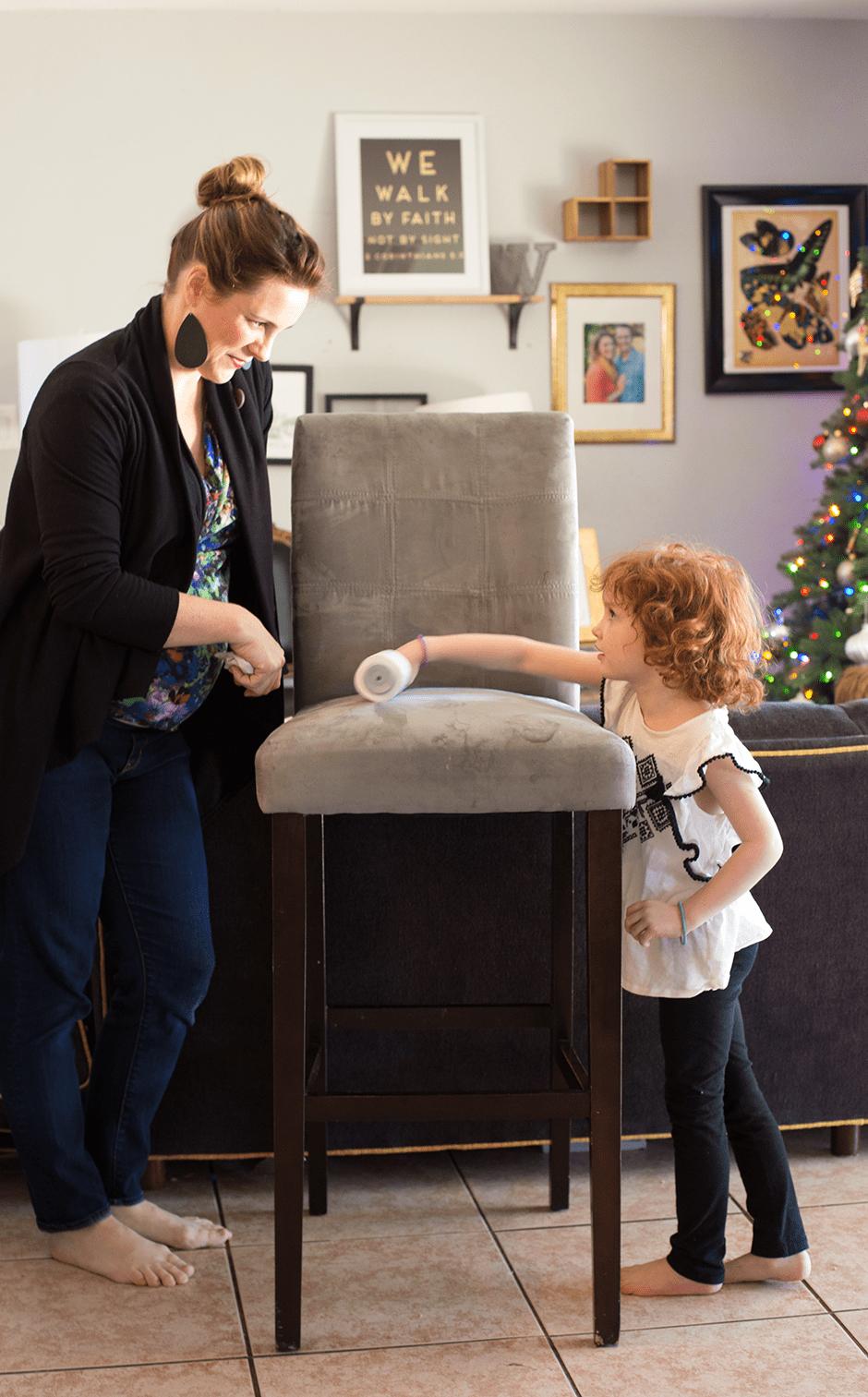 mom helps kid do chores