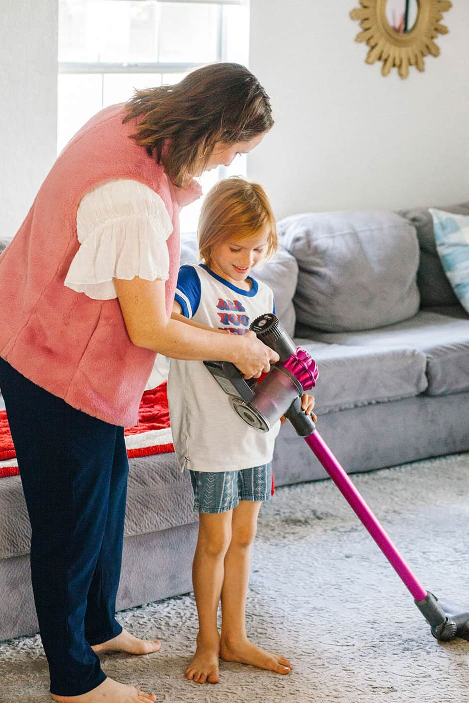 Every mom deals with dirt but this daily cleaning schedule, along with some great cleaning products, will have your home looking great in no time!