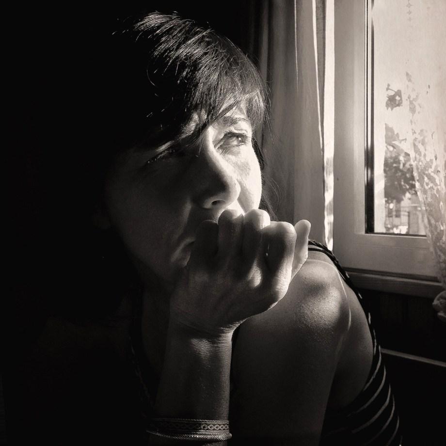 Céline Guichard à la fenêtre