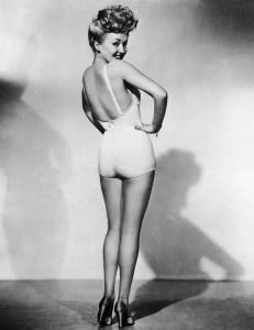 image d'une pin up des années 20 pratiquant l'épilation des jambes