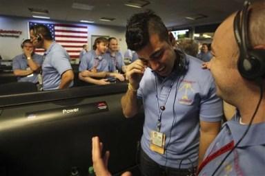 des hommes de la NASA avec une chemisette en costume