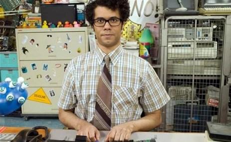 Un Geek avec une chemisette en costume