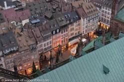 Vue sur les toits depuis la cathédrale de Strasbourg jusqu'à la place voisine et le marché de Noël