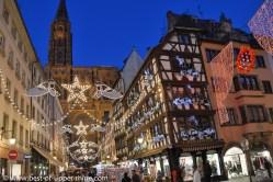 La rue mercière illuminée mène à la cathédrale de Strasbourg