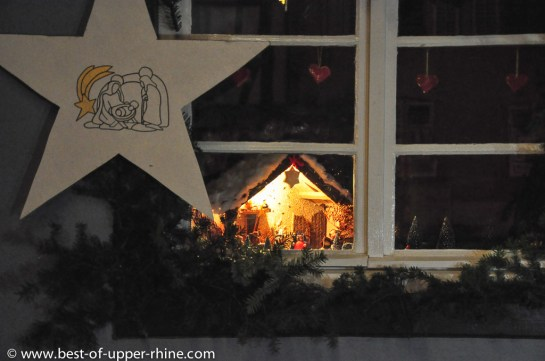 Noel 2012 Bergheim, Alsace. Chemin des Crèches. Les maisons qui présentent des crèches sont signalées par une étoile blanche.