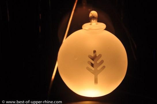 Boule de Noël ancienne en verre soufflé. Collection des verriers de Meisenthal dans les Vosges du Nord