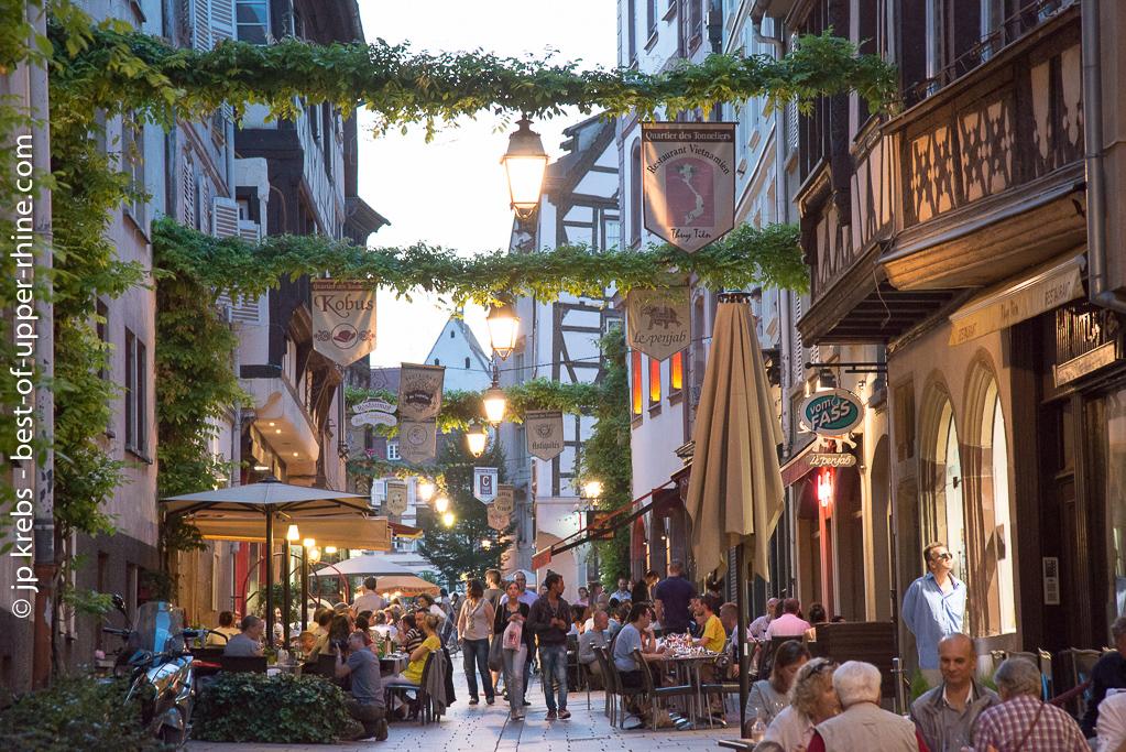 Le vieux Strasbourg. Restaurants de la rue des Tonneliers.