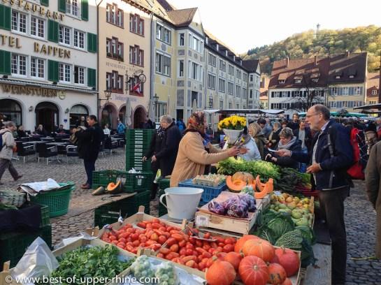 Marché à Fribourg en Brisgau, place de la cathédrale.