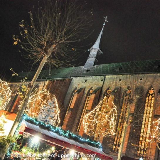 Les vitraux de l'église des Dominicains donnent au marché de Noël sur la place une hauteur spirituelle