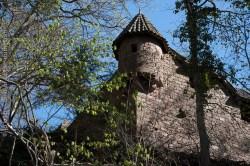 Bastion ouest du château du Haut-Koenigsbourg au printemps.