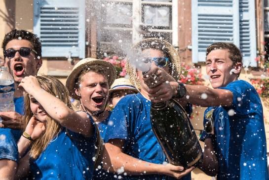 Les conscrits célèbrent les 40 ans du crémant d'Alsace à la fête du vin d'Eguisheim à l'été 2016