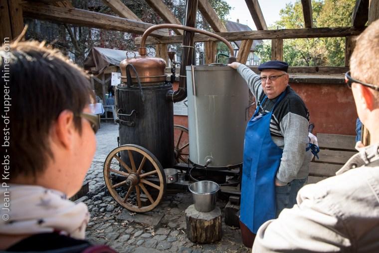 Le bouilleur de cru et son alambic. Ecomusée d'Alsace.